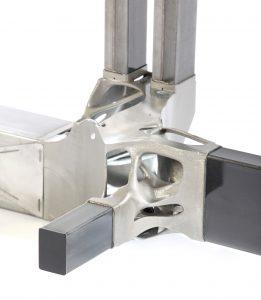 Die NextGen Spaceframe-Knoten können durch generative Fertigung hoch funktionsintegriert gestaltet werden. Verkettet wurde die laseradditive Fertigung mit dem Profilieren sowie Biegen und der Endenbearbeitung von Profilen mittels Laser. Zugrunde liegt hierbei ein Laststufenkonzept mit jeweils punktgenau in der CAE ausgelegten Karosserievarianten und maßgeschneiderten generativ gefertigten Knotenstrukturen.