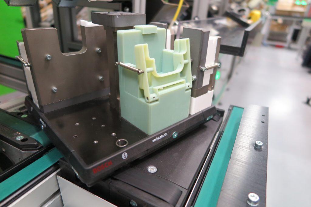 3D-gedruckte Haltevorrichtung – hergestellt mit einem Stratasys Objet Connex 3D-Drucker: Schneider Electric profitiert von schnellen Funktionstests und der Möglichkeit, notwendige Designanpassungen direkt an der Fertigungslinie vorzunehmen.