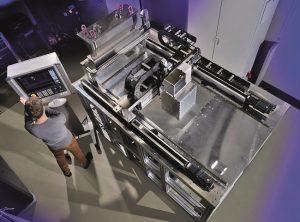 Bild 1: Mit einer Laboranlage entwickelt das Fraunhofer ILT die SLM-Technik zu einer 3D-Drucktechnik für große Metallbauteile weiter. (Maschineneinhausung nicht dargestellt) © Fraunhofer ILT, Aachen.