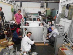 Studierende der ENIT beim Aufbau des Laser Cutters (Quelle: HSU)