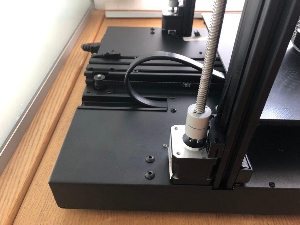 Längst überfällig ist die stabilere Kabelzuführung beim Druckbett